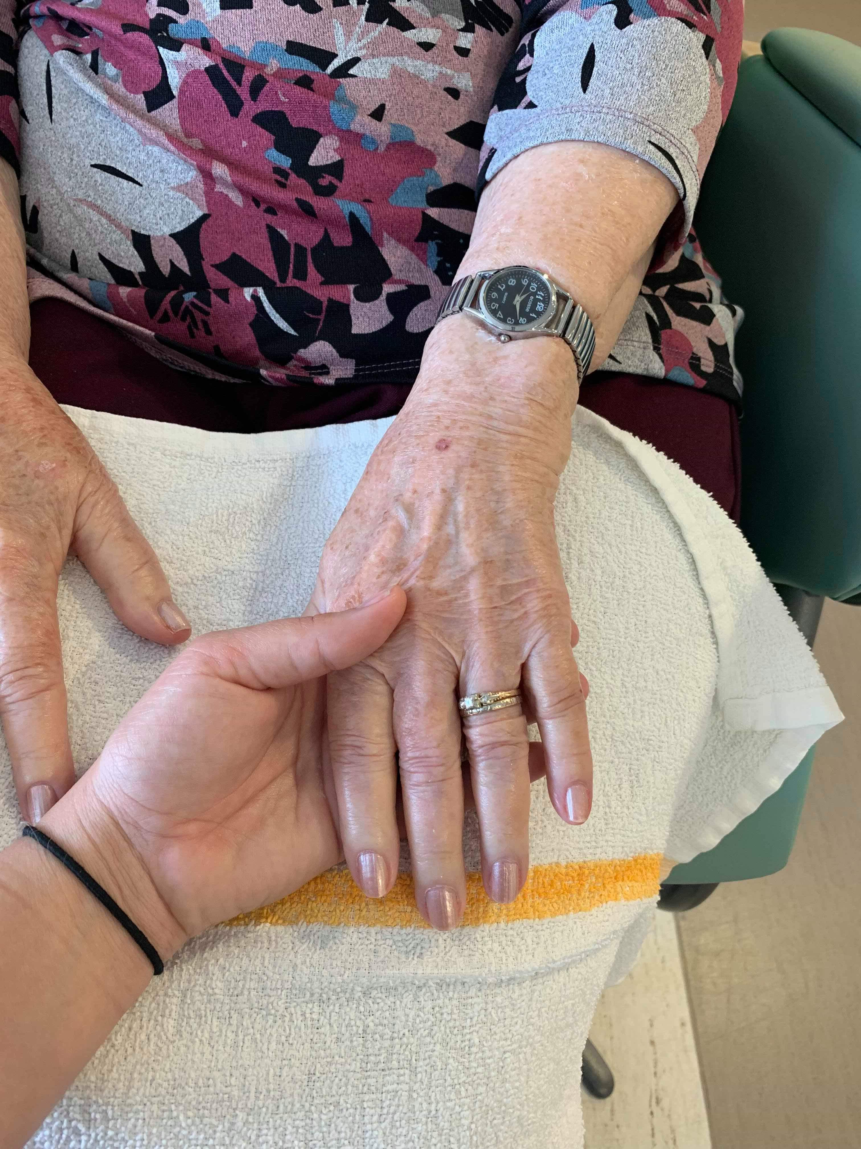 Manucure, soins aux résidents au CHSLD Louise-Faubert